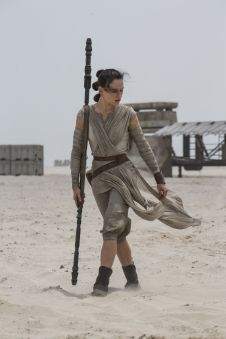 daisy-ridley-star-wars-the-force-awakens-poster-and-photos-2015-_1
